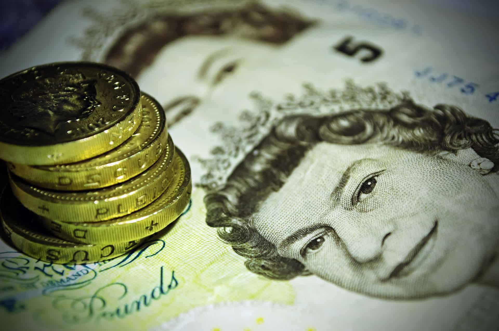 £5-note-pound-coins-cash